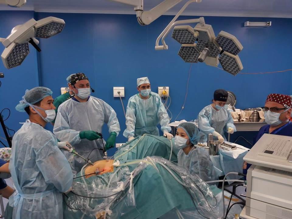 В рамках III-й Международного конгресса «Эндоскопические технологии в решении репродуктивных проблем женщин» в КазНИИОиР проходит операция «Тазовая лимфодиссекция с использованием индоцианина зеленого (ICG). Хирургическое стадирование при раке шейки матки».