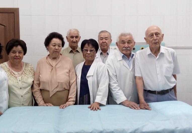 В канун дня медицинского работника отделение эндоскопии КазНИИОиР посетили ветераны института