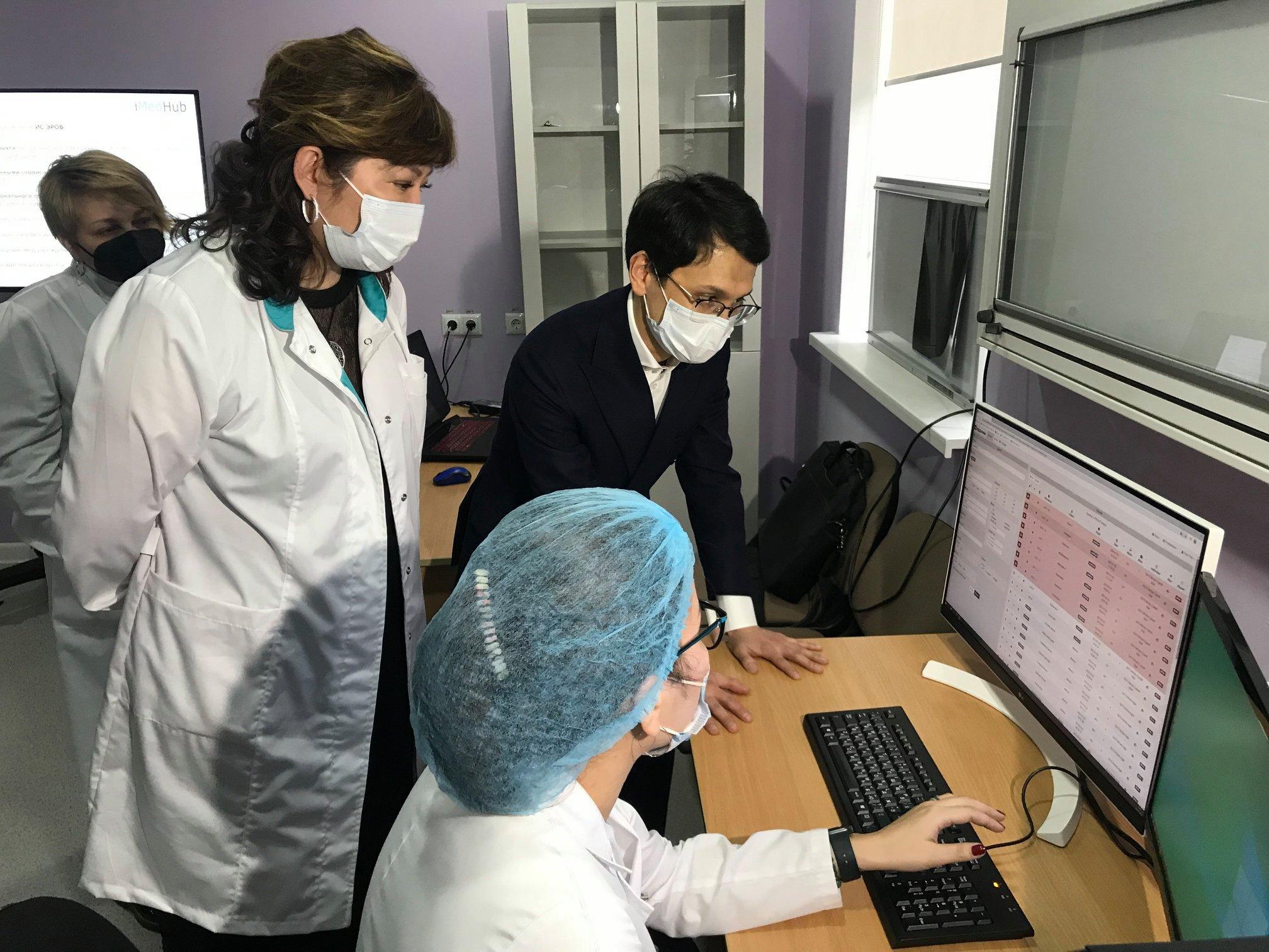 Министр цифрового развития, инноваций и аэрокосмической промышленности РК Багдат Мусин посетил Казахский НИИ онкологии и радиологии